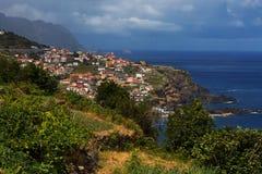 Liten portugisisk stad på sidan Royaltyfri Foto