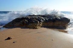 Liten portugisisk stenblock som trotsar bränning av Atlanticet Ocean royaltyfria bilder