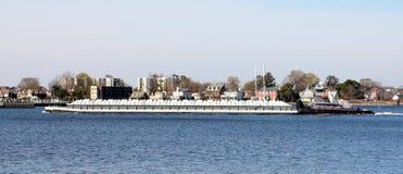 Liten pråm som ångar till och med Norfolk Virginia Harbor Arkivbild