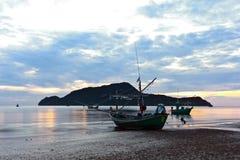 liten pranburi för mornin för strandfartygfiske royaltyfri bild