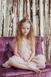 liten princess Nätt flicka med den guld- kronan Royaltyfri Fotografi