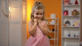Liten prinsessa i den f?rtjusande rosa kl?nningen, barndomdr?m, lycklig f?rskole- flicka arkivbilder