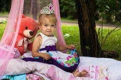 Liten prinsessa i parkera Arkivbild