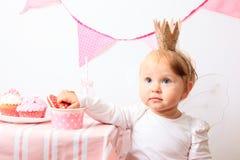 Liten prinsessa på rosa färgpartiet Royaltyfri Foto