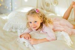 Liten prinsessa på sängen Royaltyfri Fotografi