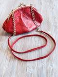 Liten röd handväska för läderkvinna` s royaltyfri foto