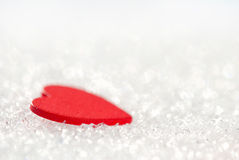 Liten röd hjärta på snow arkivbilder