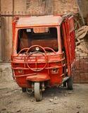 Liten röd lastbil för Grunge Arkivfoton