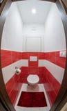 Liten röd och vit toalett arkivbilder
