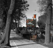 Liten röd slott och bänken royaltyfri bild
