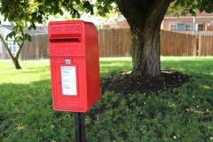 Liten röd stolpeask på den bostads- gatan i UK Royaltyfri Bild