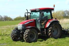 Liten röd traktor Royaltyfria Bilder