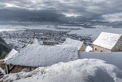 Liten by Rasnov för vintersaga i Rumänien arkivbild