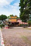 Liten relikskrin i kinesisk stil bredvid gatan royaltyfria foton