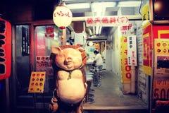 Liten restaurang i det Shinjuku området (Tokyo, Japan) Arkivfoto