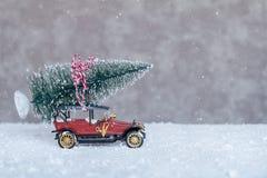 Liten retro bil med julgranen Arkivbild