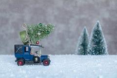 Liten retro bil med julgranen Fotografering för Bildbyråer