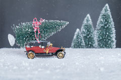 Liten retro bil med julgranen Arkivfoton