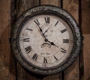 liten retro klocka på väggen Royaltyfria Bilder