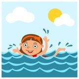 Liten rolig flicka i tecknad filmstilbad i havet i sommar arkivbilder