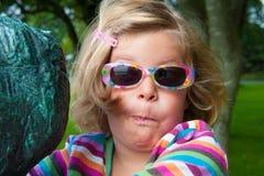 Liten rolig flicka med sunnglasses Royaltyfri Foto