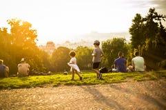 Liten rolig flicka som spelar på grönt gräs, Prague, august 2015 Arkivbild