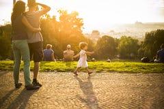 Liten rolig flicka som spelar på grönt gräs, Prague, august 2015 Royaltyfri Foto