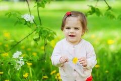 Liten söt flicka på trädgården Royaltyfri Bild
