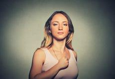 Liten söt superheroine Säker kvinna som isoleras på grå väggbakgrund Royaltyfria Bilder