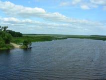 Liten sandig utgång till floden, goda för att fiska Royaltyfria Foton