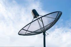 Liten satellit- maträtt med molnet och blå himmel Royaltyfri Fotografi
