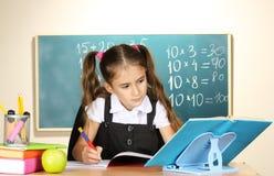 liten schoolchild för klassrum fotografering för bildbyråer