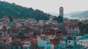 Liten seatown med kyrkan i Tisno, Kroatien arkivfilmer