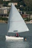 liten segelbåt Arkivfoto