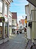 Liten shoppinggata i den gamla staden av Stavanger i Norge Royaltyfria Foton