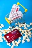 Liten shoppingvagn med biljetter Arkivbilder