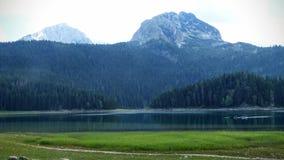 Liten sjö av berget, efter regnet i det naturligt har parkerat av Durmitoren i Montenegro arkivbild