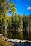 Liten sjö i de höga toppiga bergskedjorna Fotografering för Bildbyråer
