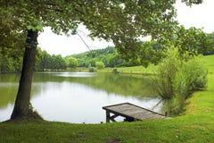 Liten sjö med härligt landskap arkivfoto