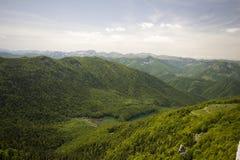 Liten sjö mellan bergskedjan arkivfoton
