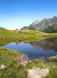 Liten sjö på bergstoppet Arkivbilder
