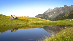Liten sjö på bergstoppet Royaltyfri Bild