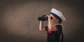 Liten sjöman med kikare royaltyfri fotografi