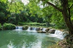 Liten Sju-flicka Jed-Sao-Noi vattenfall - THAILAND Arkivbilder