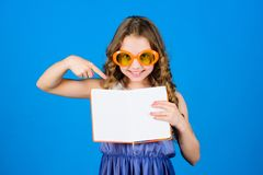 liten sk?nhetflicka att skriva hennes minnen framst?llning av plan f?r sommarferier och semester Dagbokanm?rkningar liten lycklig arkivbilder