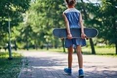 Liten skateboarder Fotografering för Bildbyråer
