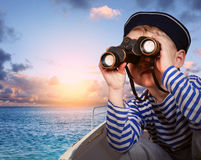 Liten skepppojke med binokulärt Arkivfoton