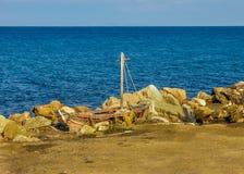 Liten skeppsbrott på stranden Royaltyfri Foto