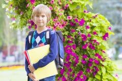 Liten skolpojke som känner sig mycket upphetsad om att gå tillbaka till skolan Arkivfoto