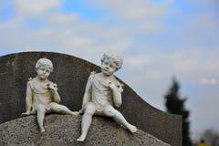Liten skulptur av två änglar Royaltyfri Bild